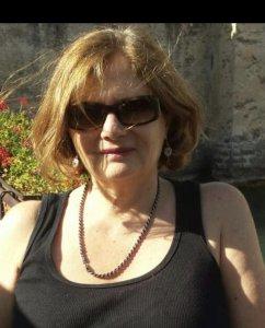 אישה עם משקפיים