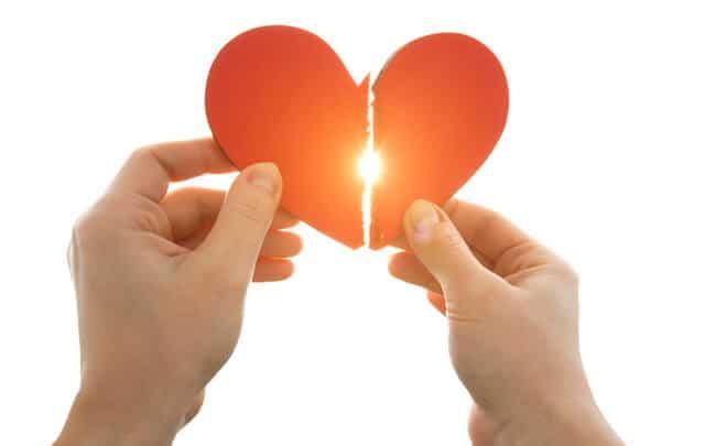 ידיים מחזיקות לב